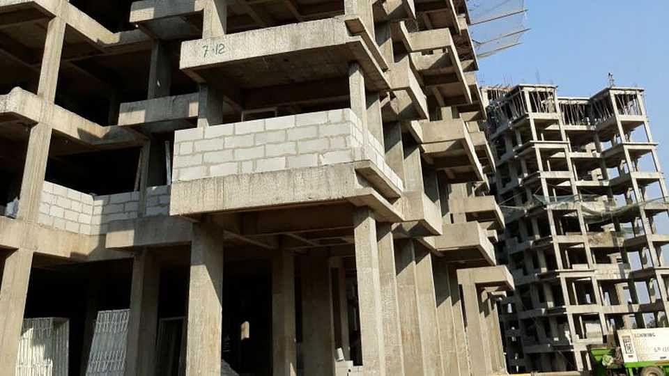 महाराष्ट्रातील महापालिका, नगरपालिकांच्या हद्दीत बांधकाम बंदीचा कुठलाही निर्णय नाही
