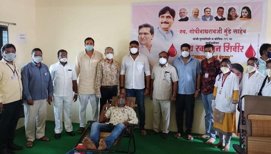 दिवंगत गोपीनाथ मुंडेंच्या पुण्यतिथीनिमित्त आष्टीत 104 रक्तदात्यांनी केले रक्तदान