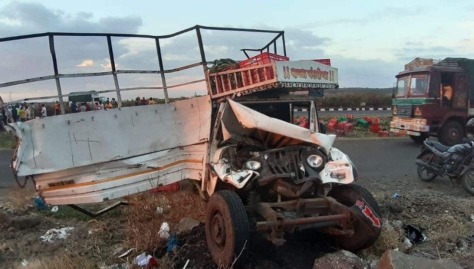 पुणे सोलापूर महामार्गावर तीन वाहनांचा भीषण अपघात
