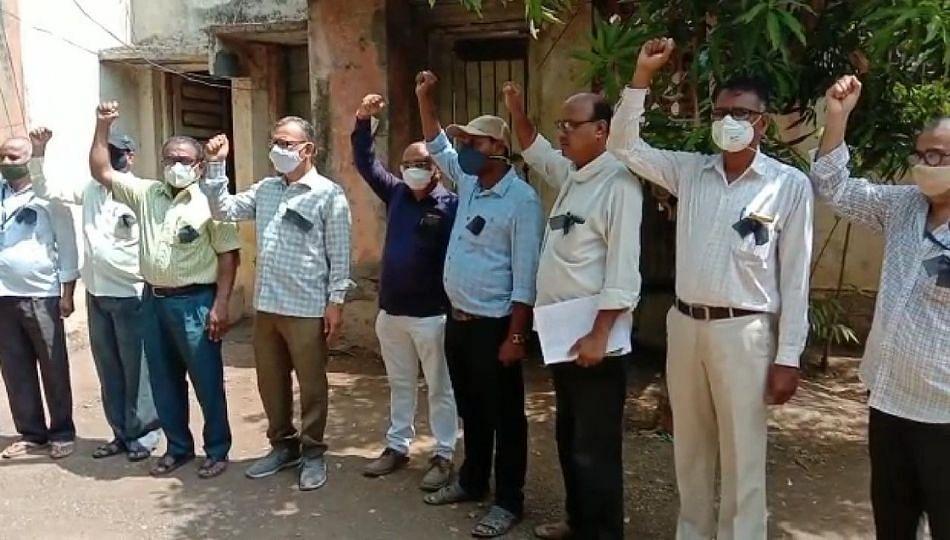 महाराष्ट्र जीवन प्राधिकरण कर्मचाऱ्यांचे काळ्या फिती लावून आंदोलन