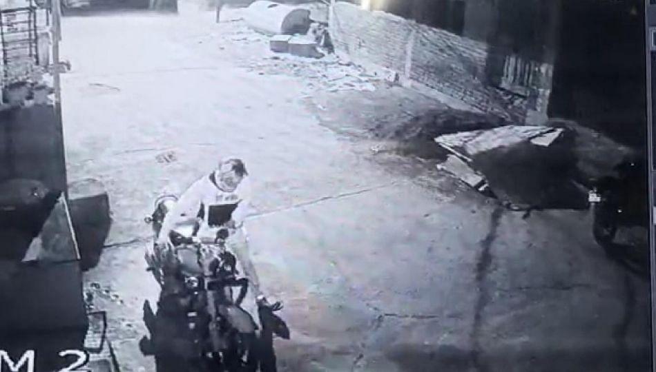 बुलेट चोरी करणाऱ्या टोळीच्या हालचाली झाल्या सीसीटीव्ही कॅमेरात कैद..