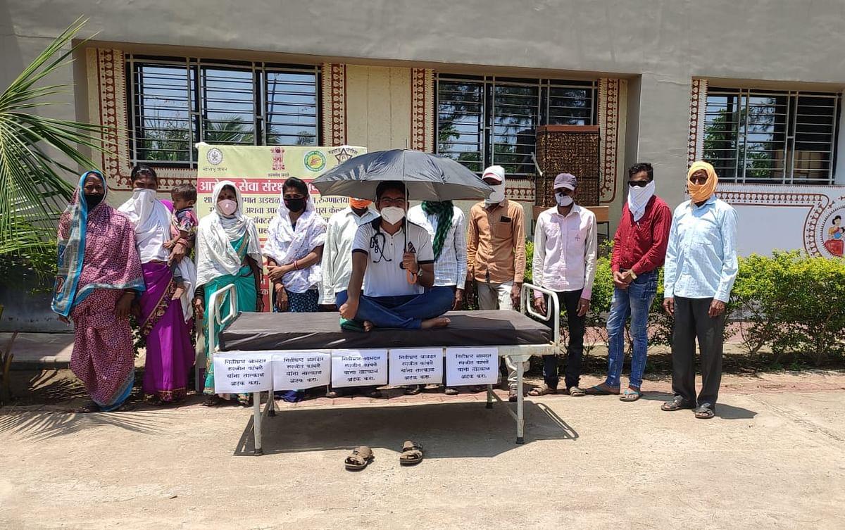 गोंदिया जिल्हा परिषदेच्या प्रांगणात एम.बी.बी.एस. डॉक्टरचे छत्री आंदोलन