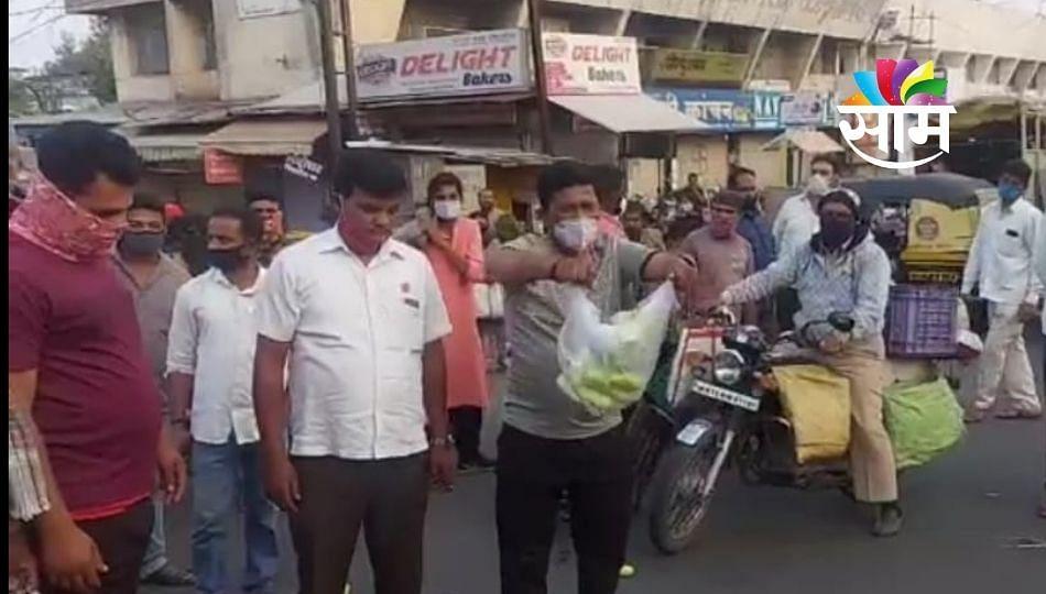 रयत क्रांती संघटनेच्या कार्यकर्त्यांनी रस्त्यावर काकडी फेकून देऊन आंदोलन