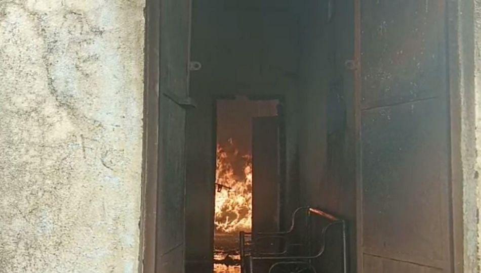 घरासह घरगुती गोदामाला आग लागल्याने शेतकऱ्याचे ४ लाखाचे नुकसान...