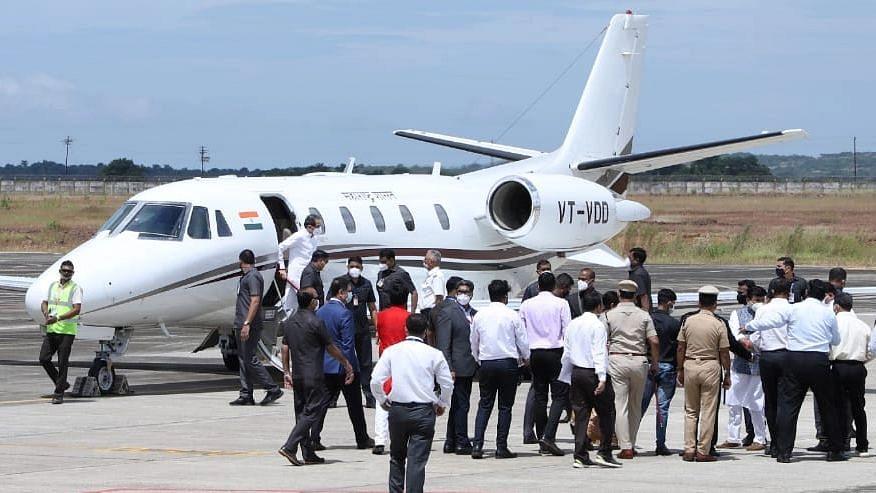 मुख्यमंत्री स्वतंत्र विमानाने या विमानतळावर आले. मुंबई ते सिंधुदुर्ग हे अंतर केवळ एक तासात गाठता येणार आहे.