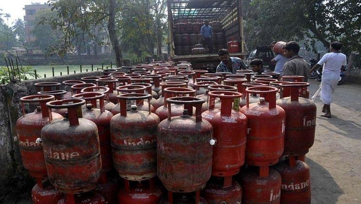 मोदी सरकारकडून दणका; घरगुती गॅस सिलिंडर पुन्हा महागला