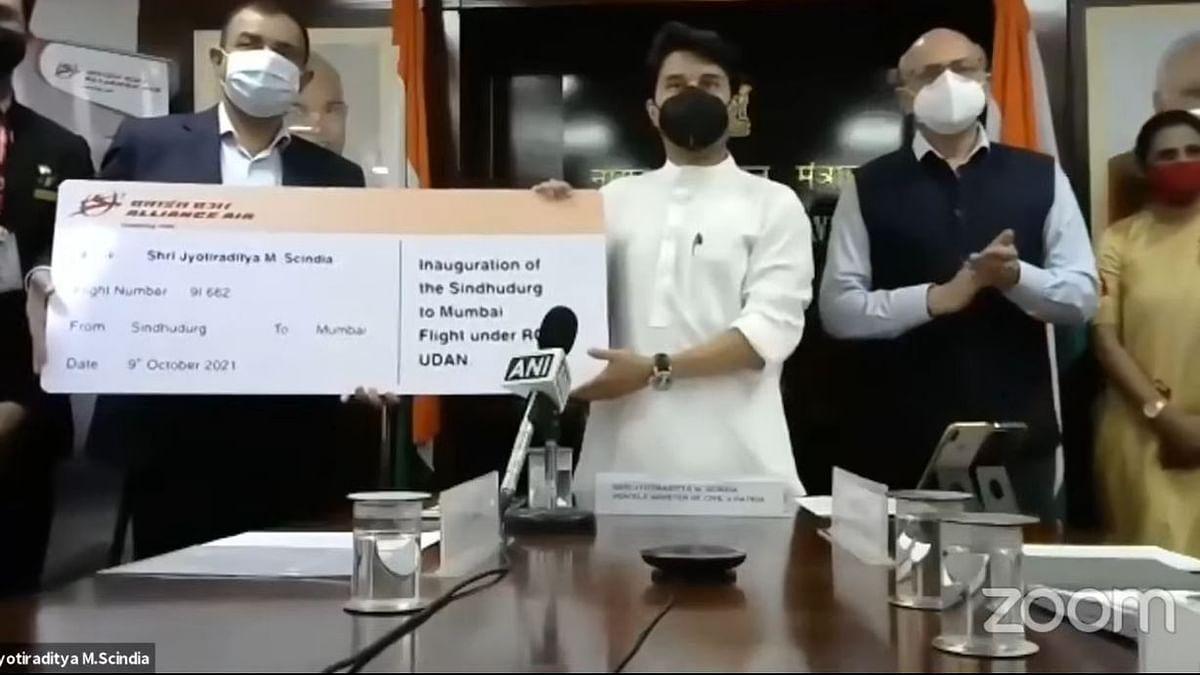 केंद्रीय नागरी हवाईउड्डाण मंत्री ज्योतिरादित्य शिंदे हे पहिल्या विमान प्रवासाचे तिकिट दाखवताना.