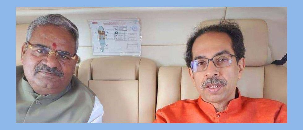 मुंबई-शिवसेनी हवाई प्रवासात मुख्यमंत्री ठाकरे आणि आढळराव यांच्यात चर्चा
