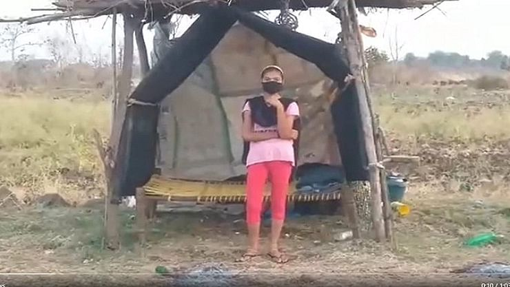 கொரோனா பாதிப்பால் மாணவியை உள்ளே விடாத கிராமத்தினர்!