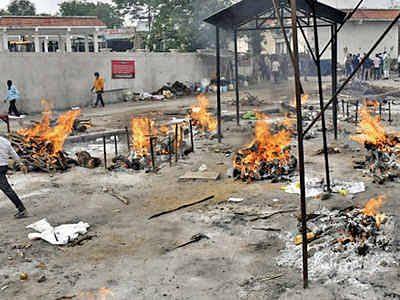 இந்தியாவில் சுனாமி போல் கொரோனா 2வது அலை: கொத்து கொத்தாக சடலங்கள்!
