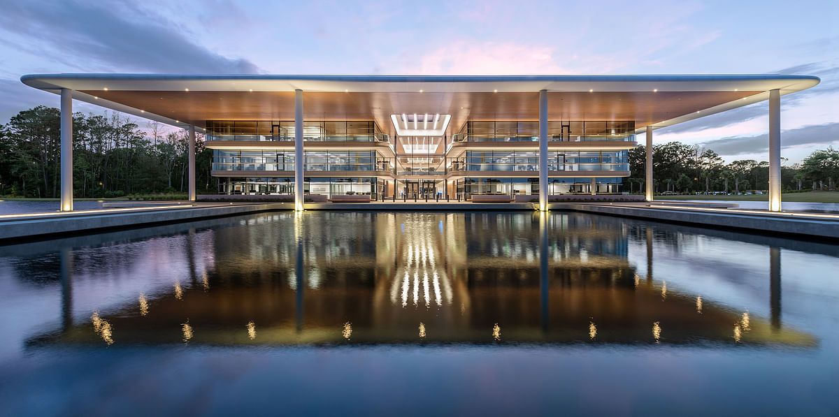 Foster + Partners tops PGA Tour HQ with Overhanging Roof