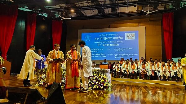 IIT Bombay Sets New Trend For Convocations:   Students Go Traditional With White Kurta Pyjamas Ceremonial Robes