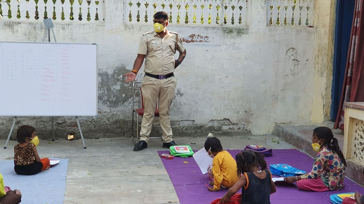 Delhi Police constable imparting education to kids who cannot afford smart devices