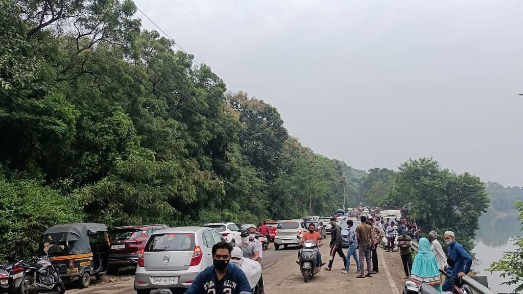 Pune: People chill and spend their weekend at Khadakwasla dam chowpatty amid ban