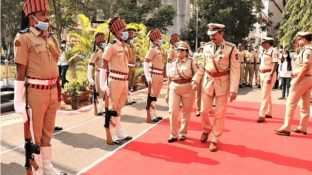 Visually impaired Reena Patil receives guard of honour from Pimpri Chinchwad police
