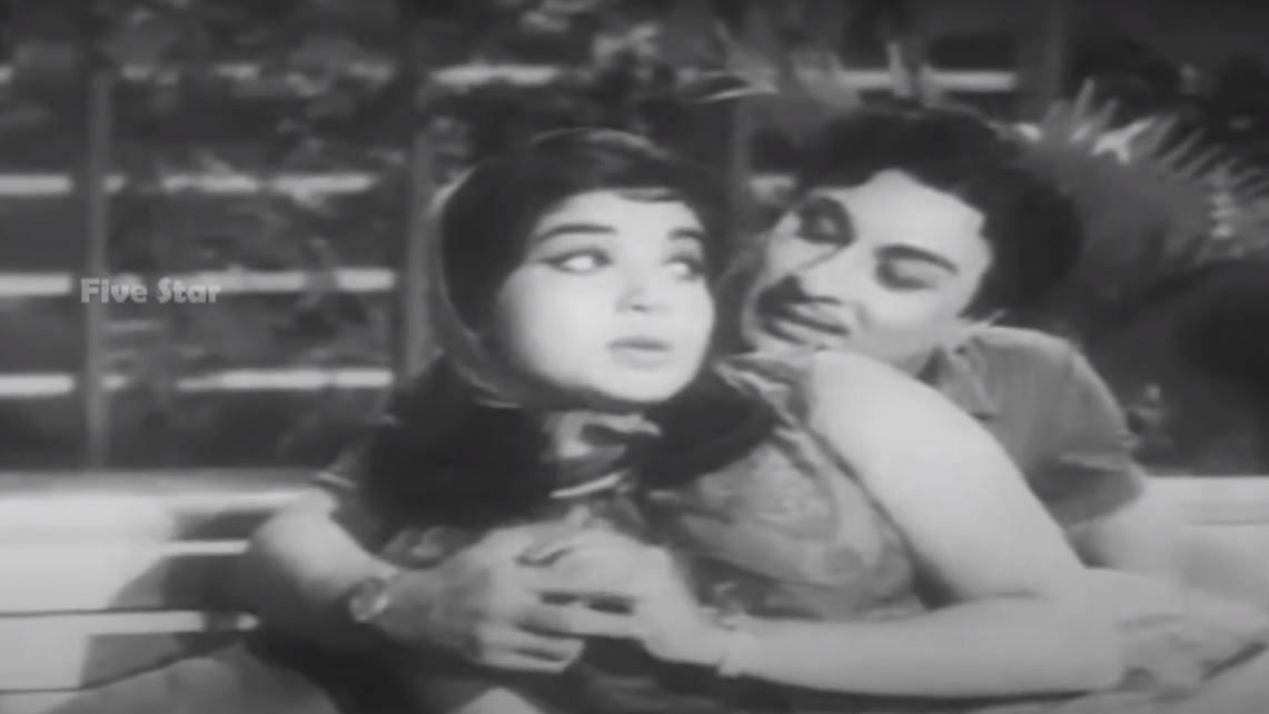 A screengrab of J Jayalalithaa and MGR featuring in a song 'Parthu Kondathu Kannukku'