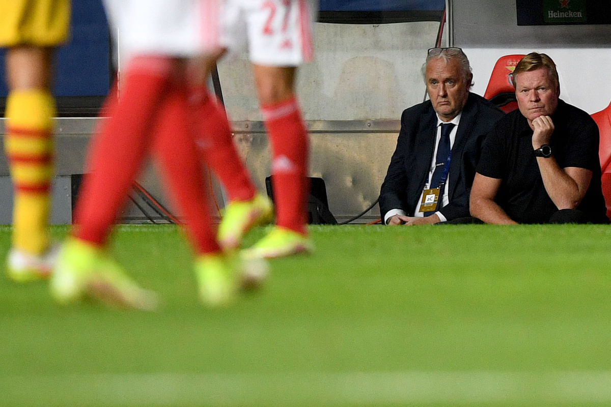 Barcelona's Dutch coach Ronald Koeman (R) looks on during the UEFA Champions League first round group E footbal match between Benfica and Barcelona