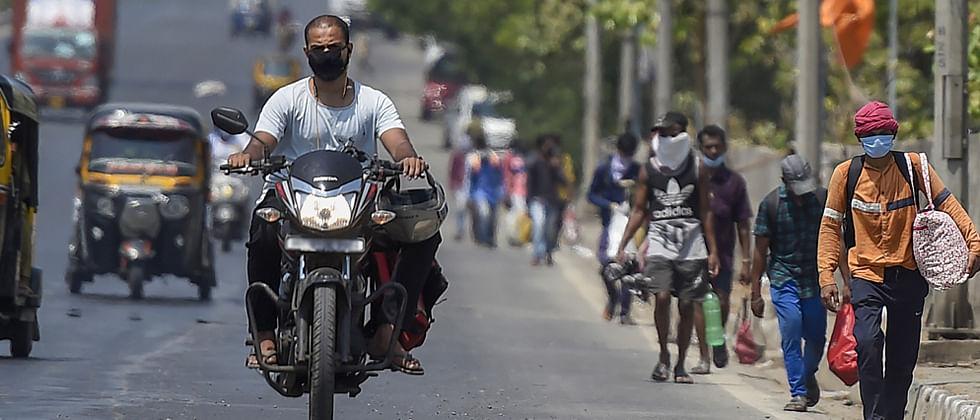 Migrant workers leave Mumbai for Uttar Pradesh in taxis, auto rickshaws