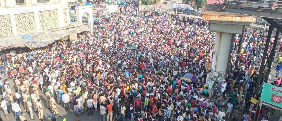 Coronavirus Mumbai: Thousands defy lockdown at Bandra station