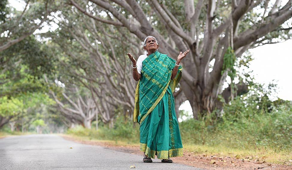 'ആ മരങ്ങള് എനിക്ക് മക്കള്', മുറിക്കാനനുവദിക്കില്ലെന്ന് 107 കാരി ; അലൈന്മെന്റ് മാറ്റാന് കര്ണാടക സര്ക്കാര്