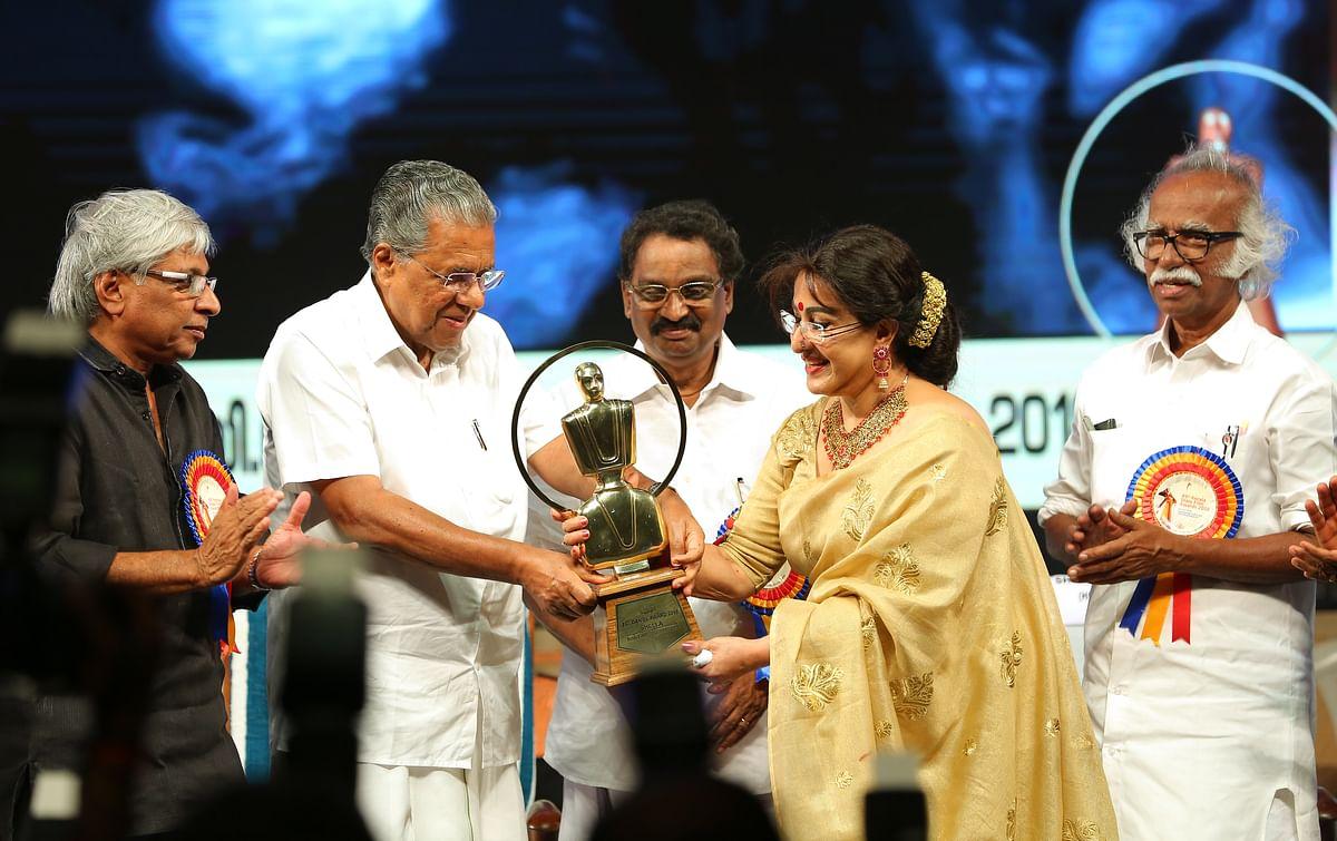 ജെ സി ദാനിയേല് പുരസ്കാരം ഷീലയ്ക്ക് സമ്മാനിക്കുന്നു