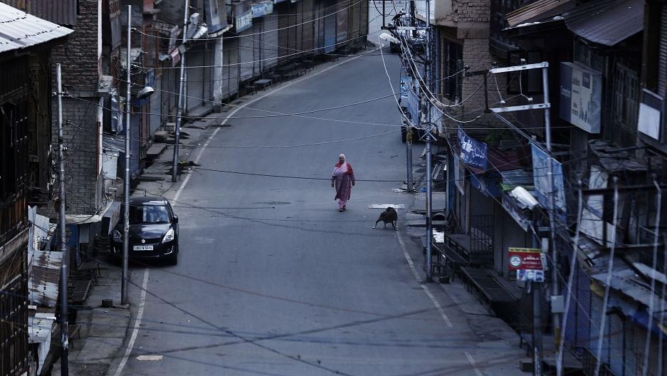 'മൂലമ്പള്ളിയിലെ ദരിദ്രരോട് കാണിക്കാത്ത അനുകമ്പ'; മരട് ഫ്ളാറ്റുകള് പൊളിക്കണമെന്ന് ഷമ്മി തിലകന്