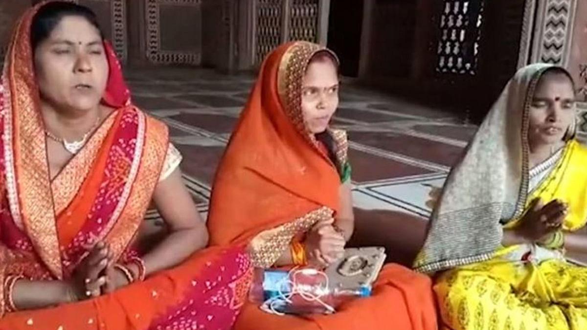 താജ്മഹലില് പൂജ നടത്തുന്ന ഹിന്ദുത്വ സംഘടനാ പ്രവര്ത്തകര്