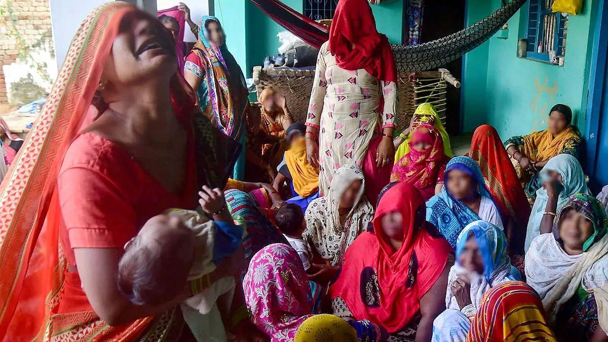 പൊലീസ് മാസ്ക് വലിച്ചൂരി; പെണ്കുട്ടിയുടെ ബന്ധുവായ 15കാരന് ഭയന്നോടി