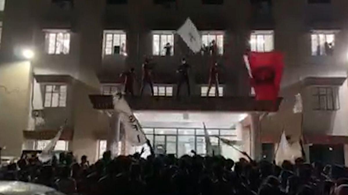 കോവിഡിനിടെ ആഹ്ലാദ പ്രകടനം; കോട്ടയം മെഡിക്കൽ കോളേജിലെ 100  എസ്എഫ്ഐ പ്രവർത്തകർക്കെതിരെ കേസ്