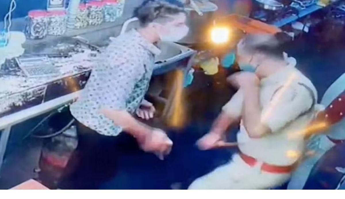 കൊവിഡ് പ്രോട്ടോക്കോള് ലംഘിച്ചെന്ന് പറഞ്ഞ് ഹോട്ടല് ഉടമയെ സംഘം ചേര്ന്ന് മര്ദ്ദിച്ച് പൊലീസ്