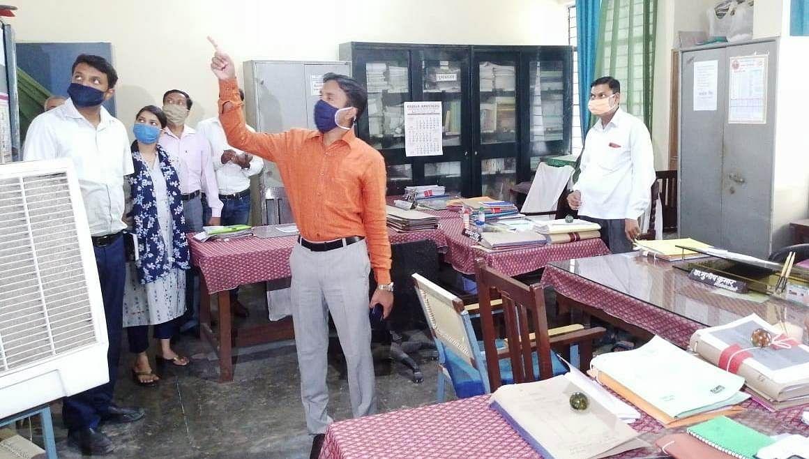 डीएम मैनपुरी ने किया विकास भवन का औचक निरीक्षण, मचा हड़कंप
