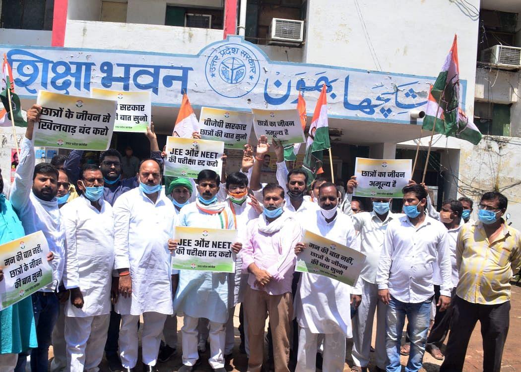JEE-NEET परीक्षा करने पर आमादा सरकार के ख़िलाफ़ कांग्रेस का लखनऊ में प्रदर्शन