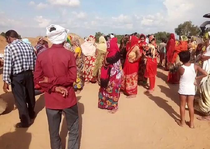 मंन्दिर जाने के लिये रास्ता न मिलने पर मैनपुरी में ग्रामीणों ने किया हाईवे जाम, चल रहे काम को रुकवाया