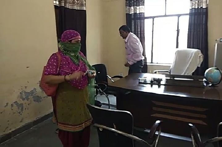 अधिकारियों द्वारा चक्कर कटवाए जाने से ऊबी विधवा महिला ने मैनपुरी में डीआईओएस ऑफिस में किया हंगामा