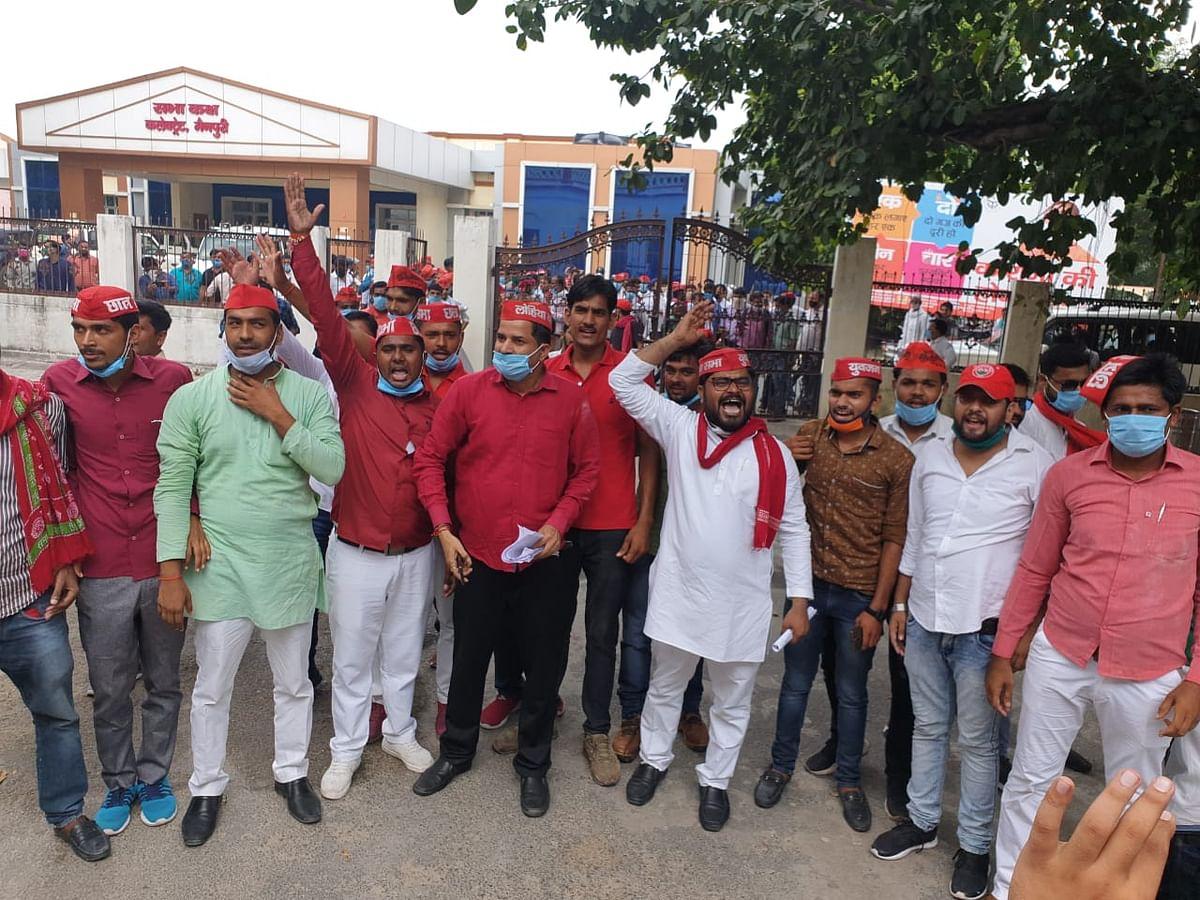 राज्यपाल के नाम मैनपुरी में डीएम को ज्ञापन देने पहुँचे सपाईयों ने जमकर लगाए सरकार विरोधी नारे