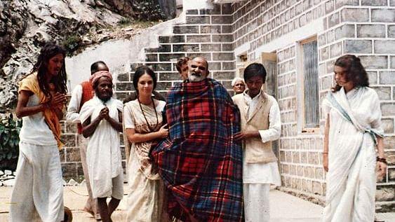 नीब करौरी बाबा की अनंत कथाएँ: जब दया निधान महाराज जी ने व्यक्ति द्वारा भला बुरा कहे जाने बाद भी उसका उद्धार किया