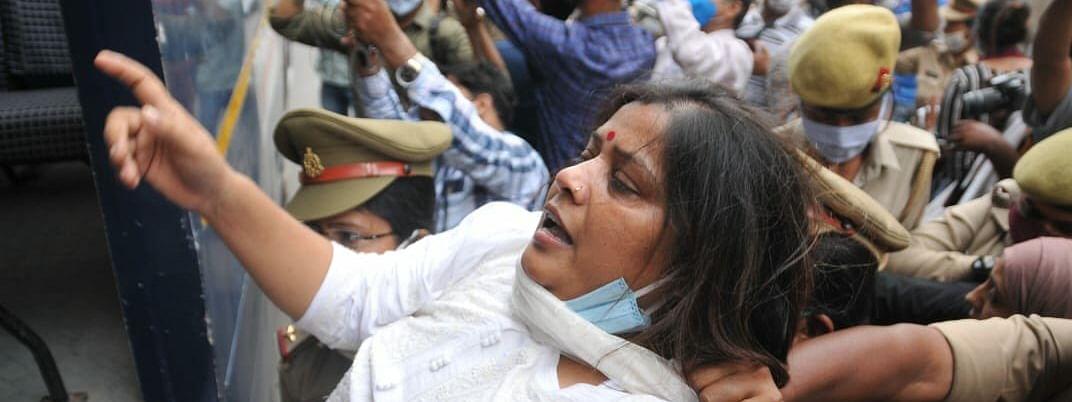 उत्तर प्रदेश में महिलाओं के साथ लगातार बढ रहे अपराधों के खिलाफ़ AAP महिला विंग का प्रदर्शन