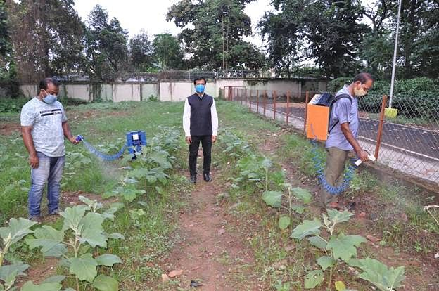 CSIR-CMERI Develops Affordable Solar Powered Battery Based Sprayers To Tackle Water Crisis In Agriculture
