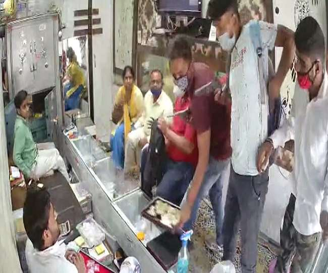 You May Not, But Criminals In UP Are Following COVID Protocol, Rob Jewellery Shop In Aligarh After Sanitising Hands