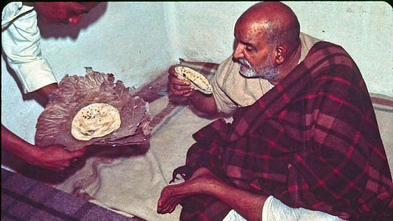 नीब करौरी बाबा की अनंत कथाएँ: तेरे बासी कर्म खाने आया था मैं!!