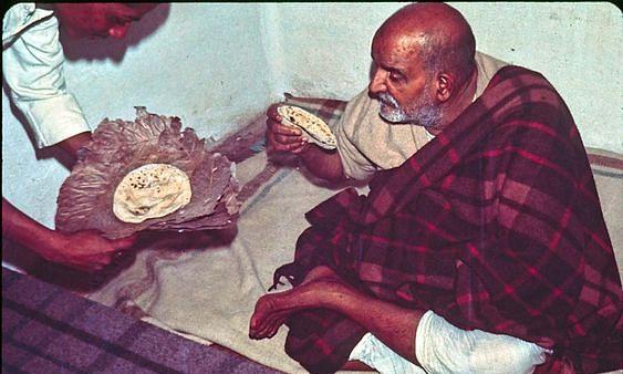 नीब करौरी बाबा की अनंत कथाएँ: भूखे भक्तों की चिंता