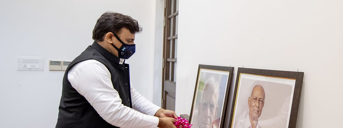 SP Chief Akhilesh Yadav Paying Floral tributes To Bose and Yadav