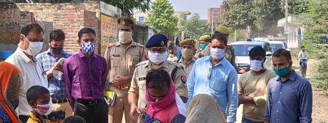 मैनपुरी के डेंगू पीड़ित गांव करीमगंज पहुंचे डीएम व एसपी, 24 घंटे चिकित्सक टीम मौजूद रहने के दिये आदेश