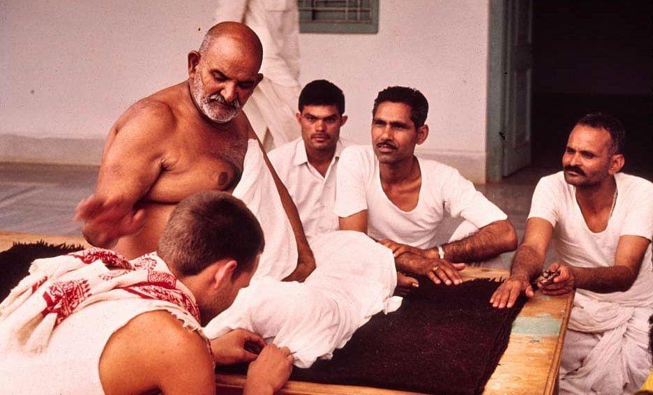नीब करौरी बाबा की अनंत कथाएँ: वैश्य का वादे से मुकर जाना, हनुमान जी का रुष्ट हो जाना और उसकी दुकान में आग लग जाना
