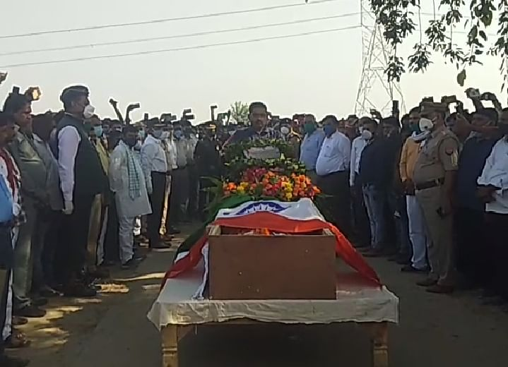 उग्रवादी हमले में शहीद हुए वीरेंद्र सिंह यादव को गार्ड ऑफ ऑनर के साथ मैनपुरी में नम आँखों से मिली विदाई