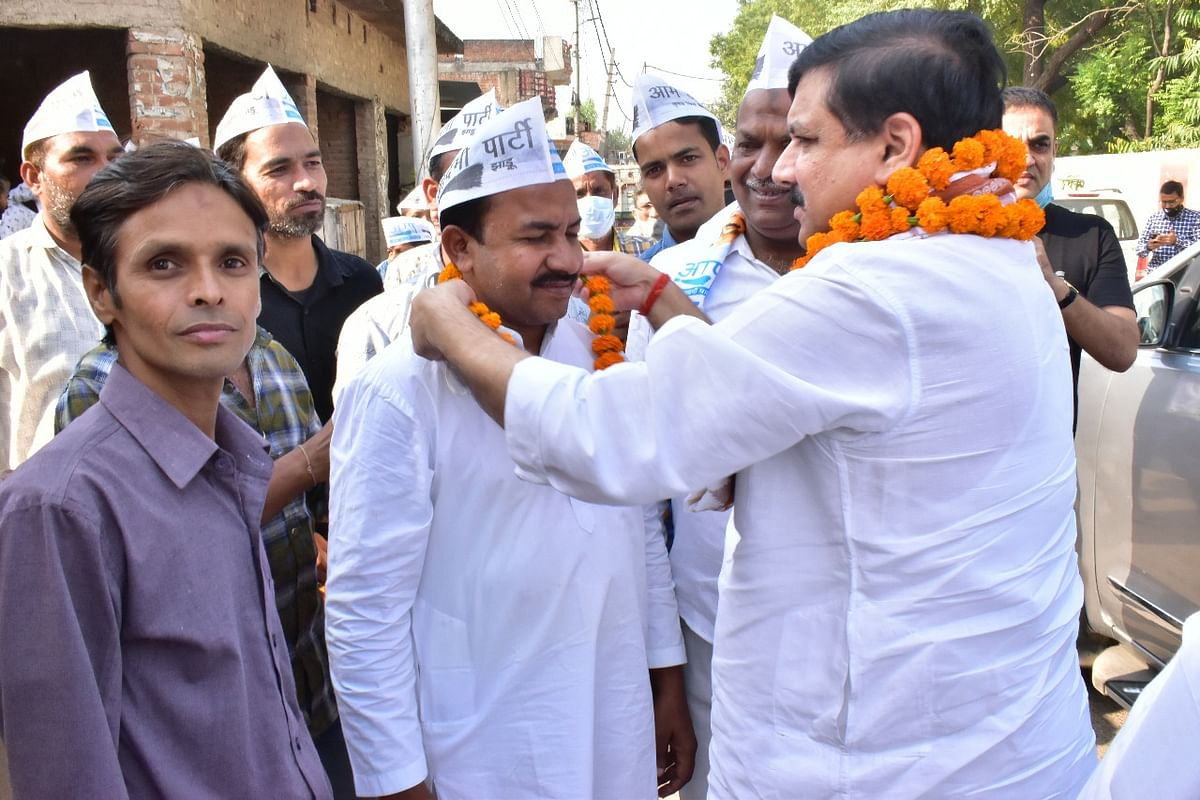 यूपी पुलिस की प्रताड़ना के शिकार कार्यकर्ताओं से संजय सिंह ने घर जा कर की मुलाकात