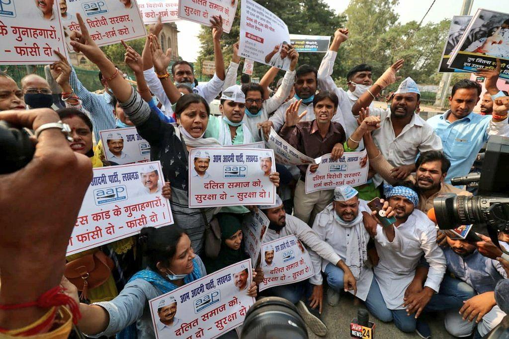 दलितों पर हो रहे अत्याचार पर आम आदमी पार्टी कार्यकर्ताओं ने परिवर्तन चौक पर योगी सरकार के खिलाफ किया प्रदर्शन