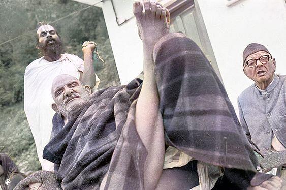 नीब करौरी बाबा की अनंत कथाएं: जब बम्बई की एक बच्ची को एक 'बूढ़े, कम्बल ओढ़े व्यक्ति' ने बचाया