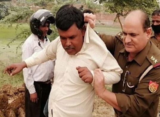 मैनपुरी में पराली जलाने पर पाँच किसानों पर मुक़दमा दर्ज, पुलिस अधिकारी ने कालर पकड़ किसान को खींचा