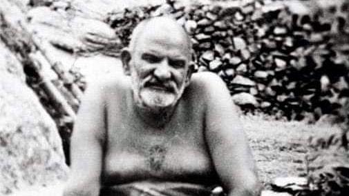 नीब करौरी बाबा की अनंत कथाएँ : चित्र में महाराज जी के सीने पर भृगु पाद के दर्शन